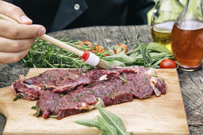 Fleisch richtig marinieren für Grillmeister - Tipp