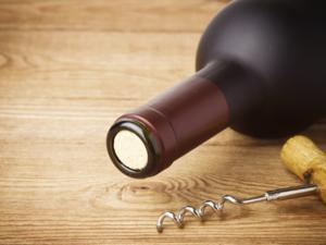 Eine Weinflasche öffnen: ohne Korkenzieher zum Ziel - Tip