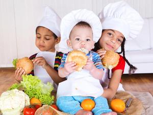 Kleinkinder verweigern in einem bestimmten Alter oft feste Nahrung - Tip