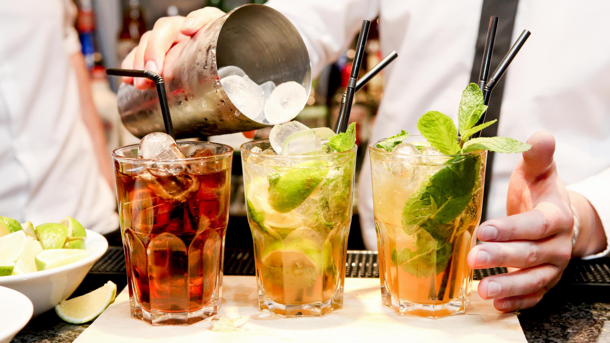Barkeeper mixt Cocktails.