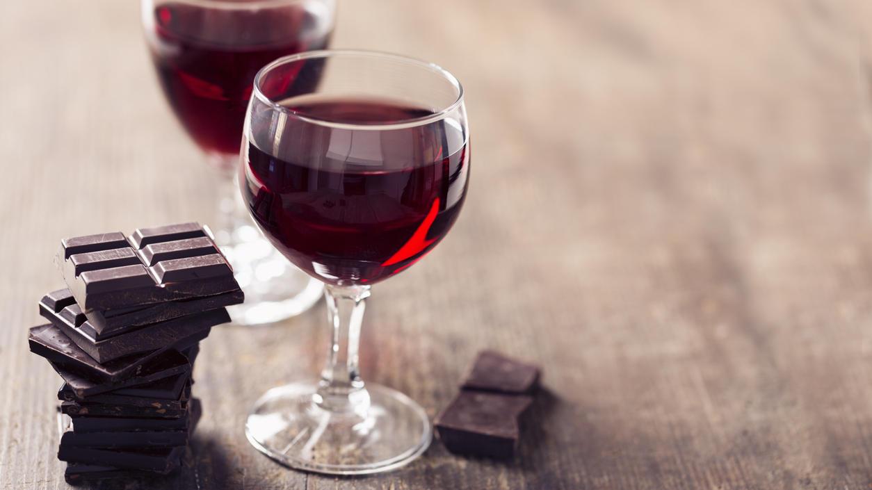 Zwei Gläser Rotwein mit Zartbitterschokolade.