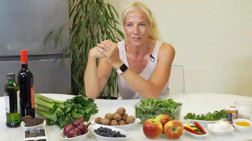 """Ernährungswissenschaftlerin Ursula Klein mit Lebensmitteln für die """"Sirtfood""""-Diät."""