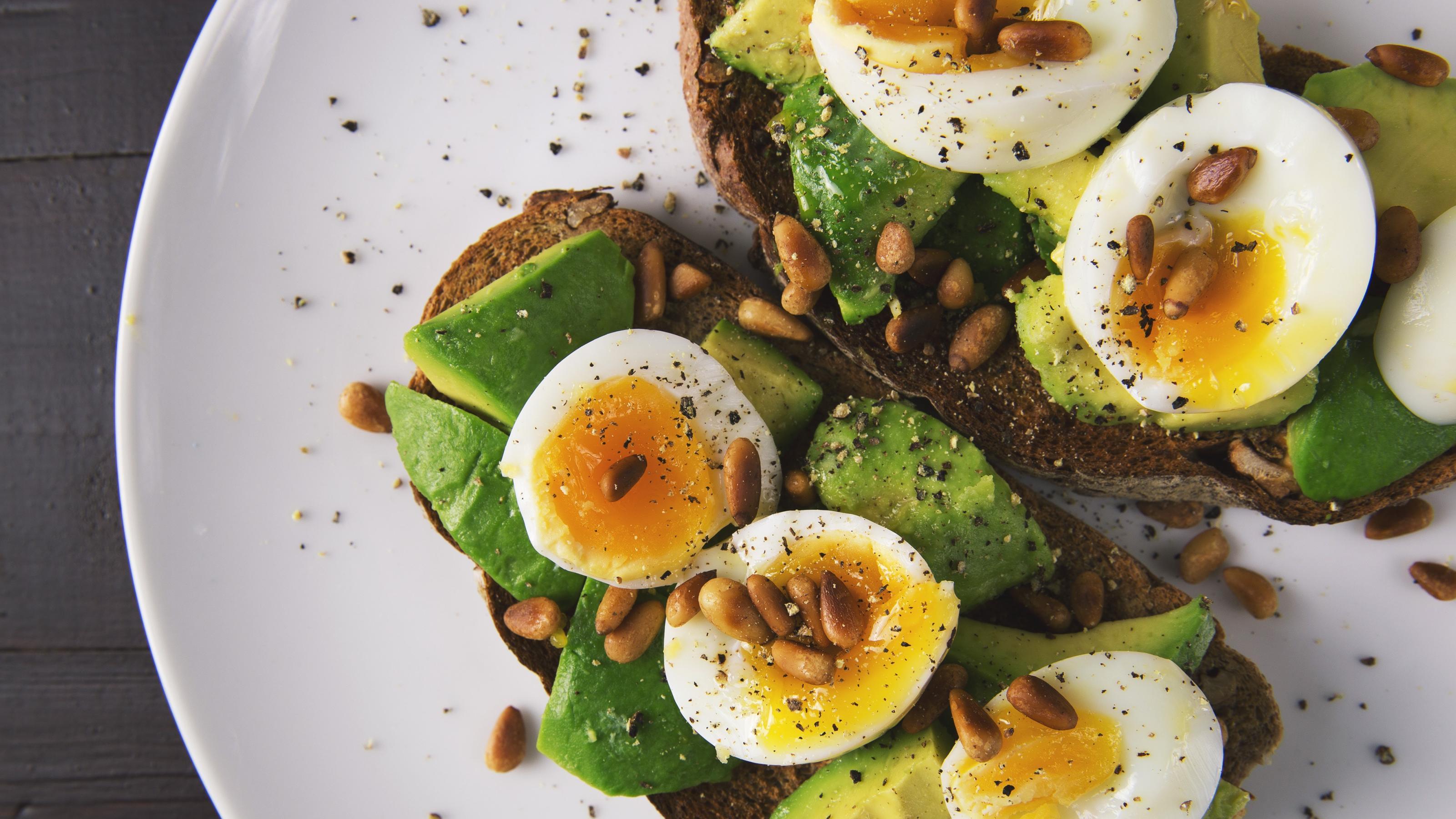 Vollkornbrot mit Avocado und Ei