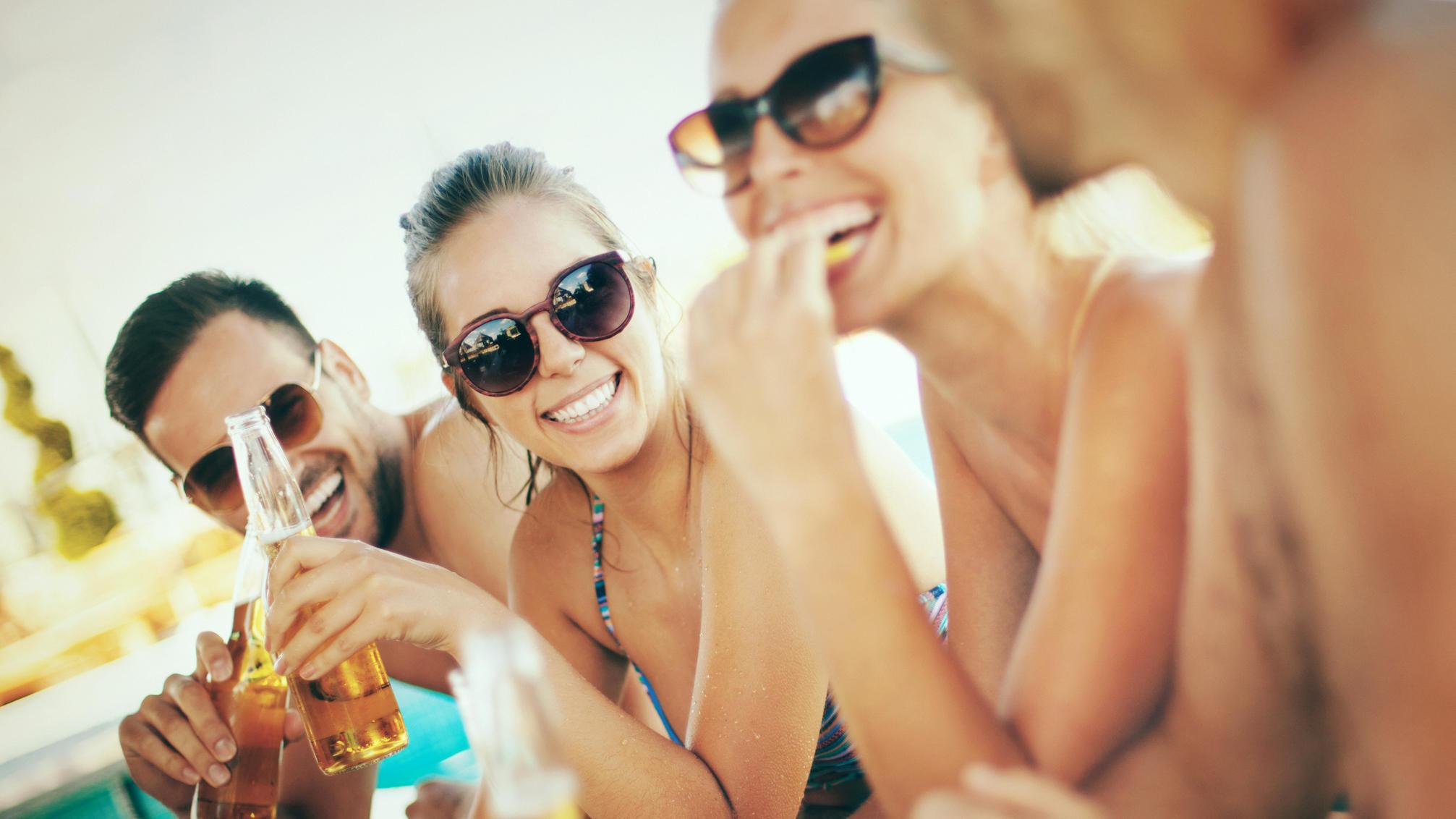 Freunde, die an der Strandbar was trinken