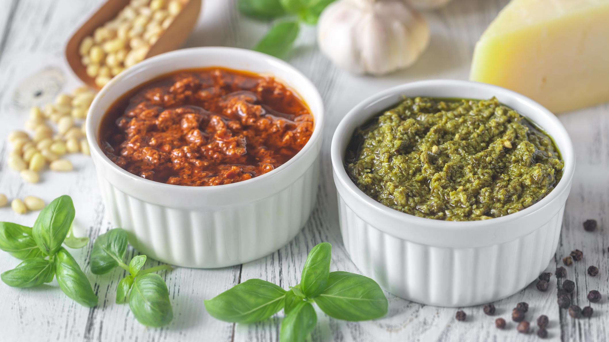 Rotes und grünes Pesto