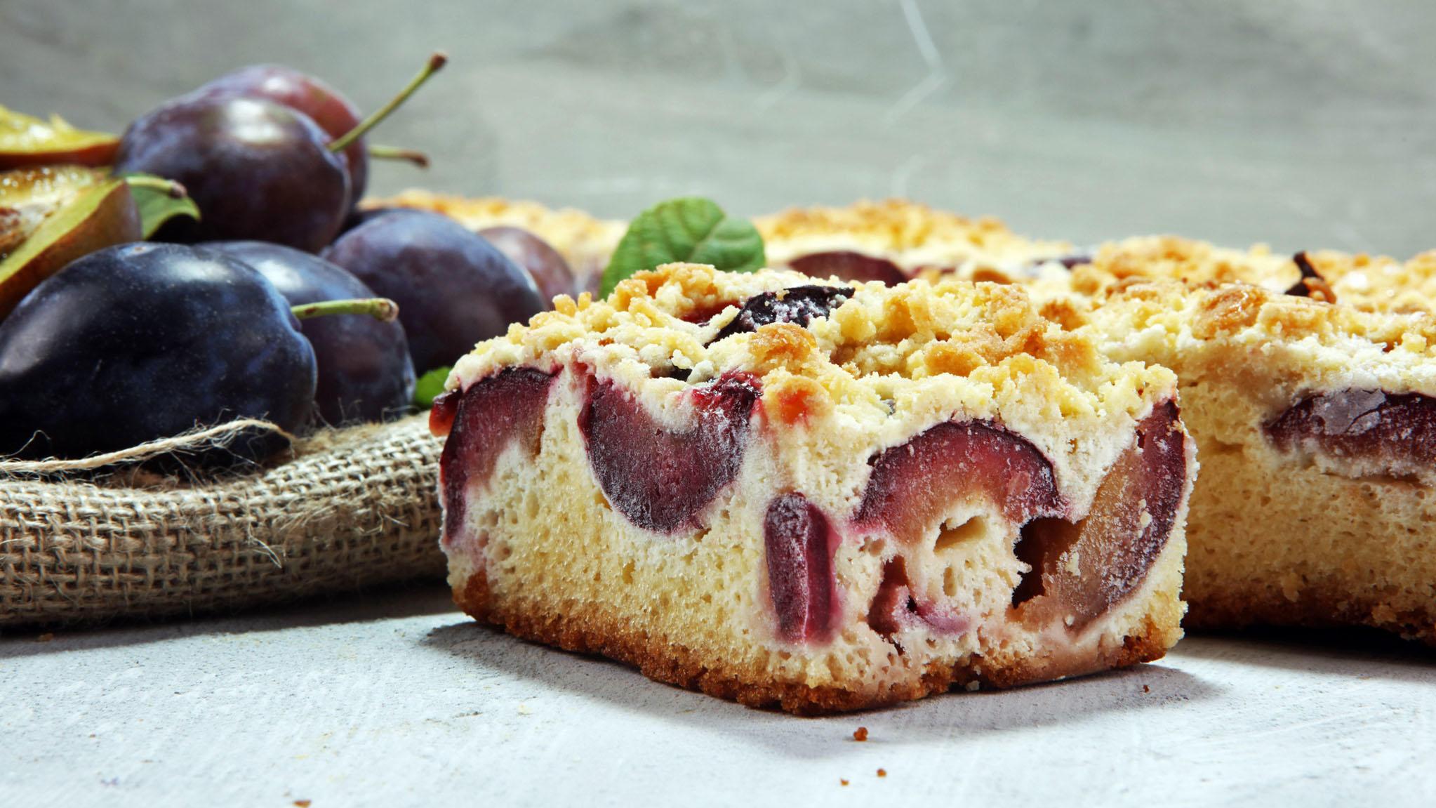 Die wohl beliebteste Variante Pflaumen zu verarbeiten ist der Pflaumen-Streuselkuchen.