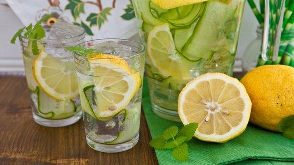 Frische Bowle mit Gurke und Zitrone