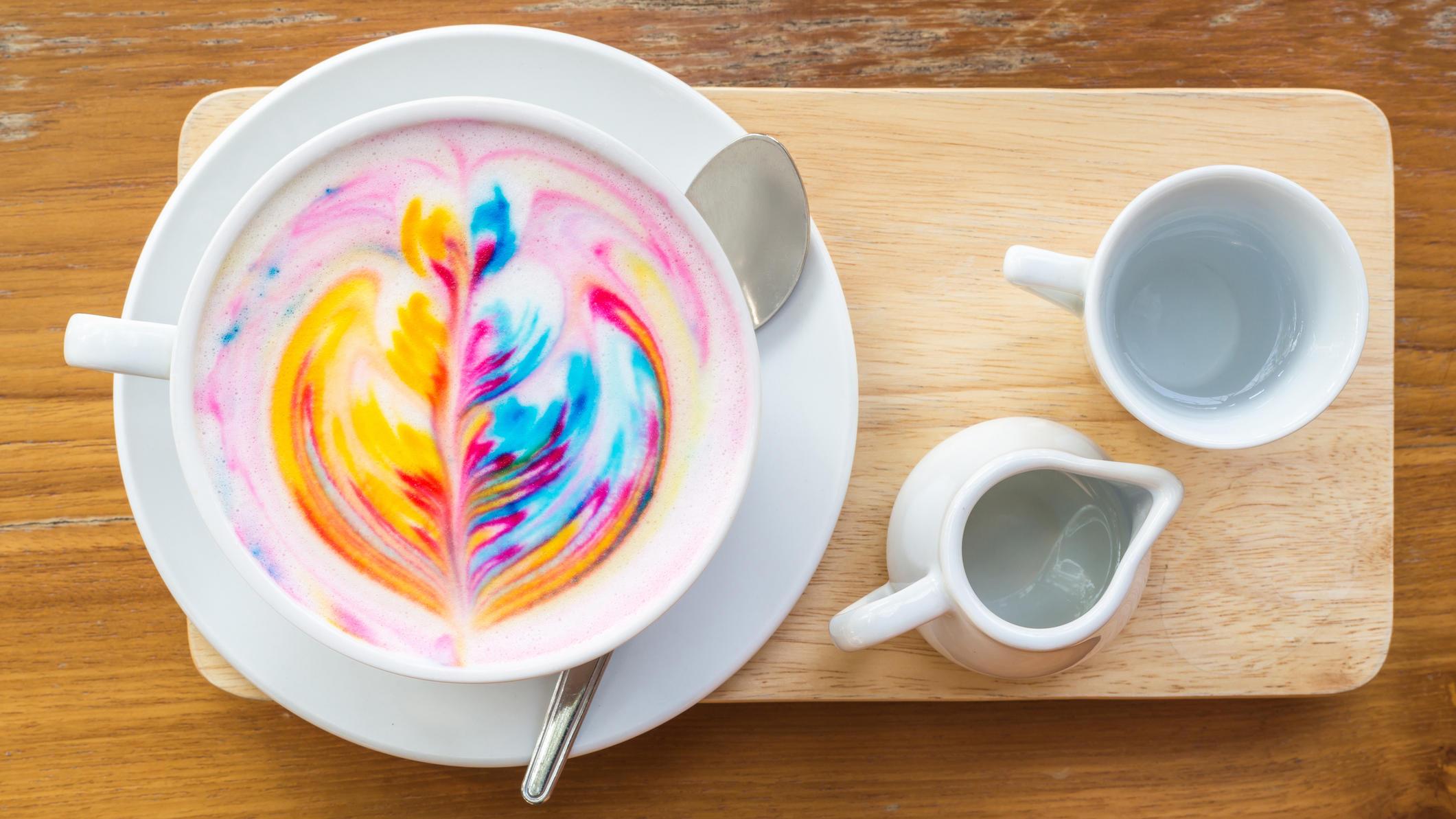Kaffee mit Regenbogen-Milchschaum