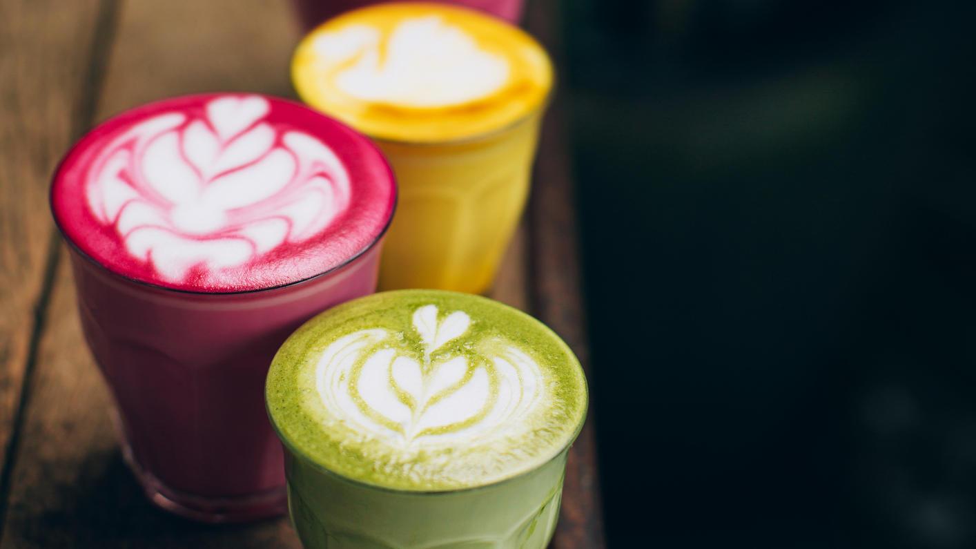 Voll im Trend: Kunterbunte Latte-Getränke