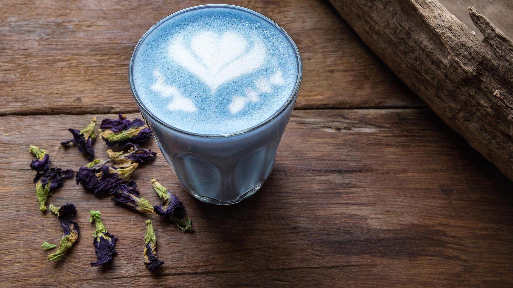 Blaue Kaffee-Kreation