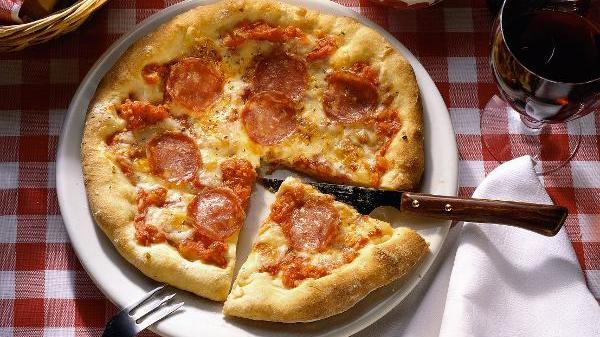 Pizza Salami, angeschnitten
