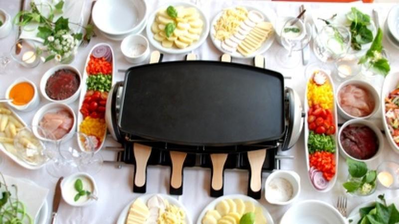 Reichlich gedeckter Tisch für ein leckeres Raclette