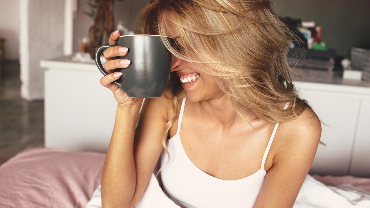 Frau trinkt Kaffee