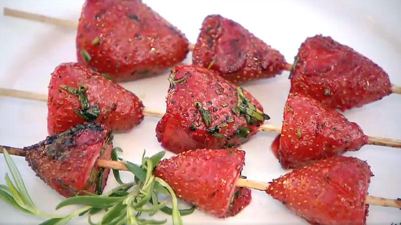 Gegrillte Erdbeerspieße mit grünem Pfeffer und Rosmarin