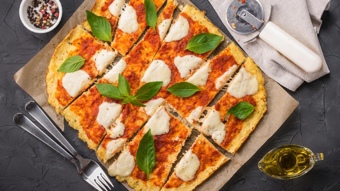 Auch mit Reis-, Mais-, Kartoffel- oder Buchweizenmehl oder glutenfreien Mischungen kann man super Pizza backen