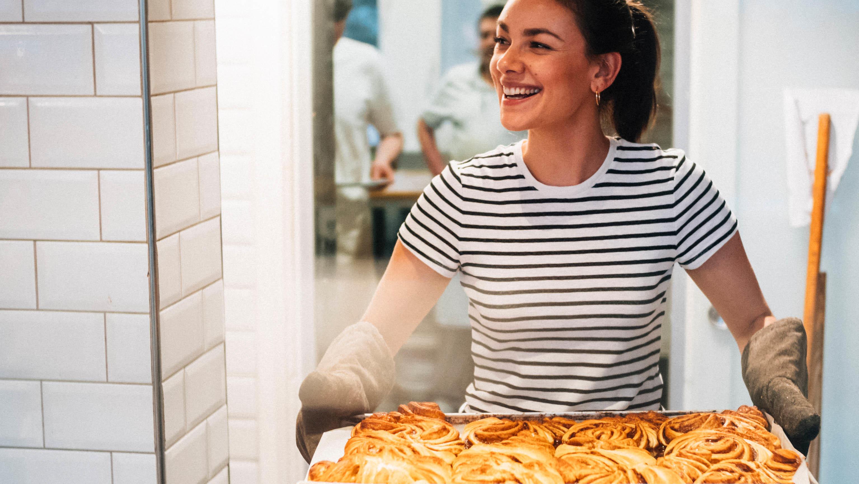 """Janina Uhse hat ihre Lieblingsgerichte in einem Kochbuch verewigt - """"Meine Glücklichküche"""""""