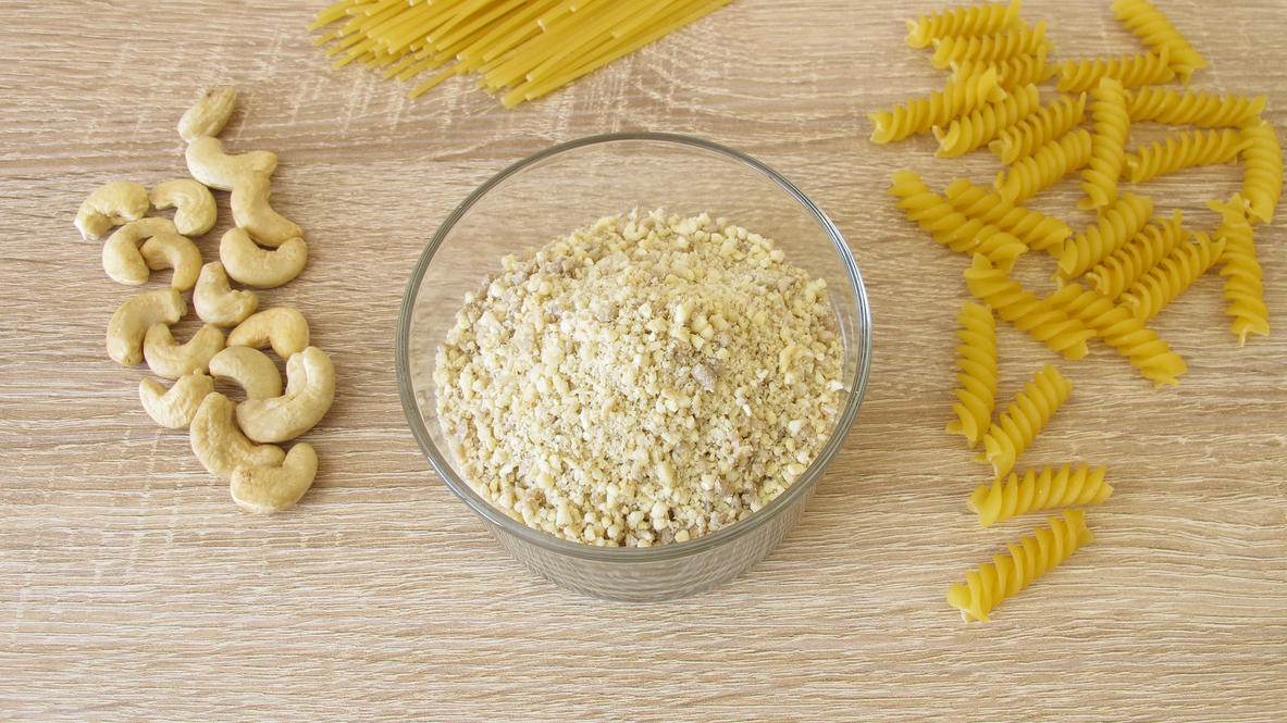 Cashew-Nüsse werden schnell zu einem Parmesan-Ersatz.