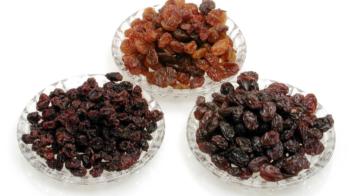 Viele Begriffe für eine Frucht: Sultaninen, Korinthen und Rosinen unterscheiden sich dennoch durch ihre Herstellung und die verwendete Traubensorte.
