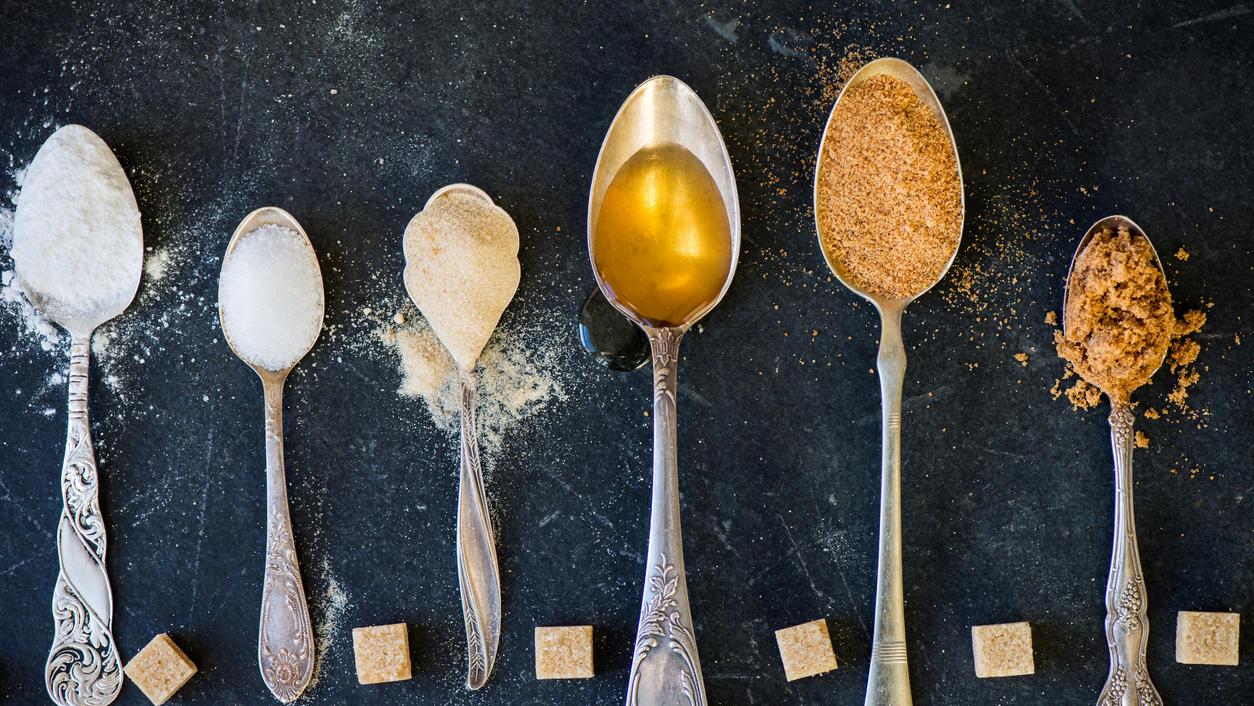 Verschiedene Arten von Zucker auf Löffeln