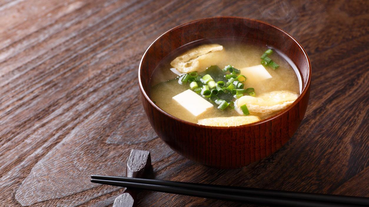 Misosuppe mit Algen und Tofu in einem Schälchen aus Asienphoenic