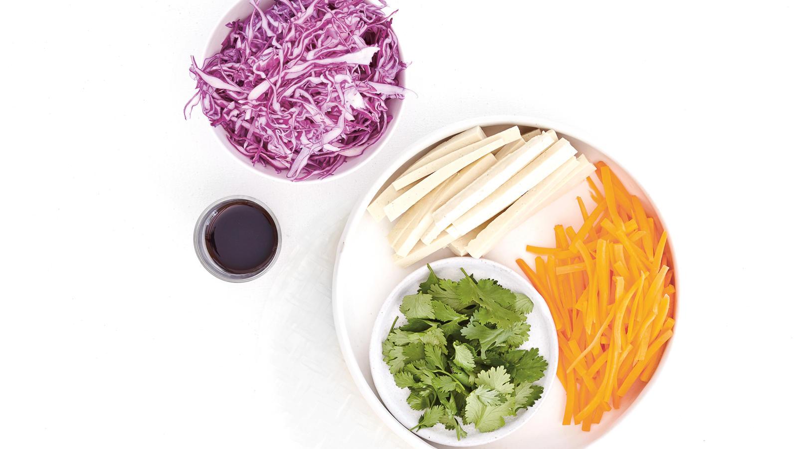 Nur 5 Zutaten plus Dip - fertig in 10 Minuten: die Regenbogen-Sommerrollen aus dem Tofu-Kochbuch von Amelia Wasiliev