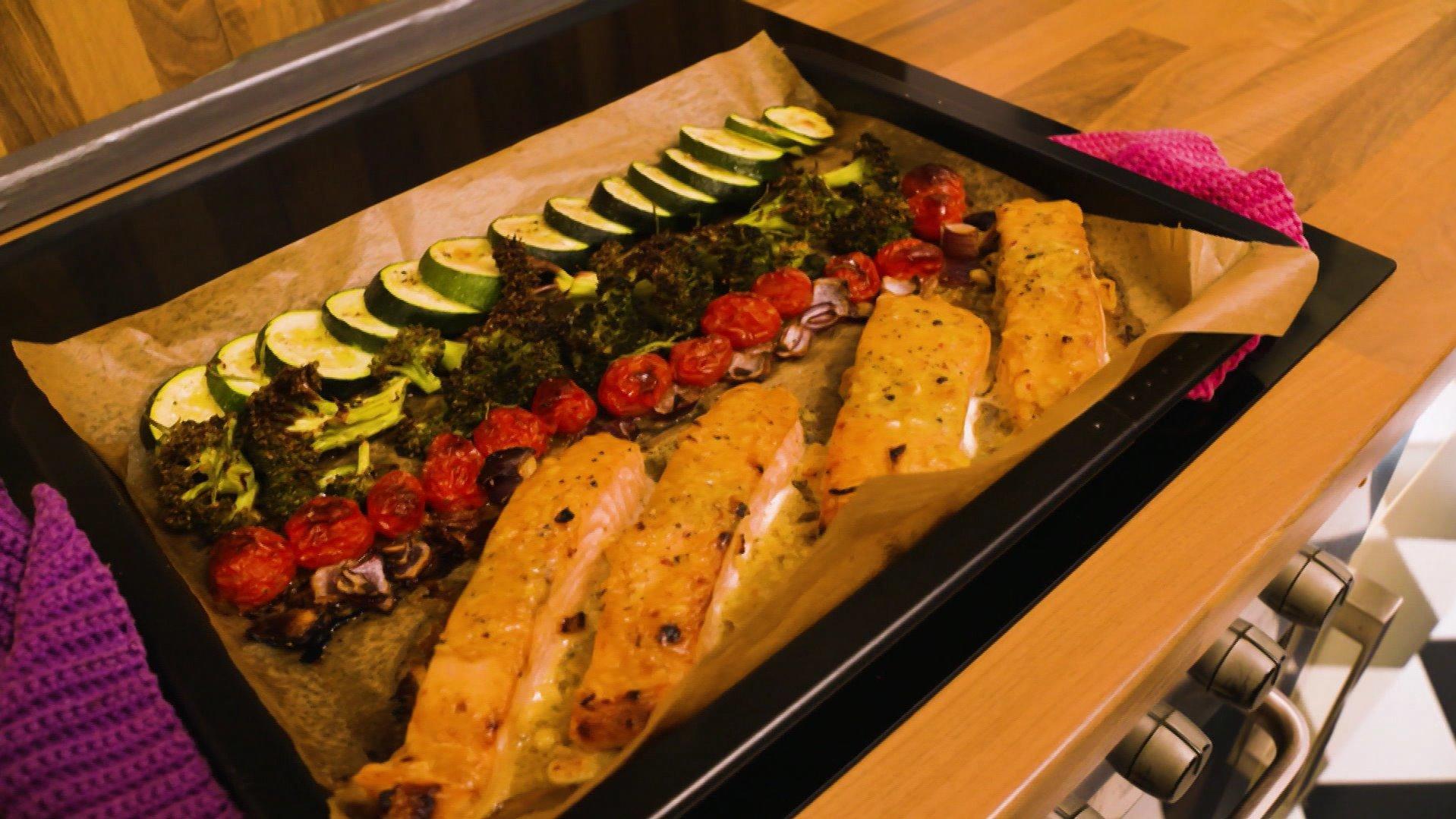 Honig-Senf-Lachs mit buntem Ofengemüse
