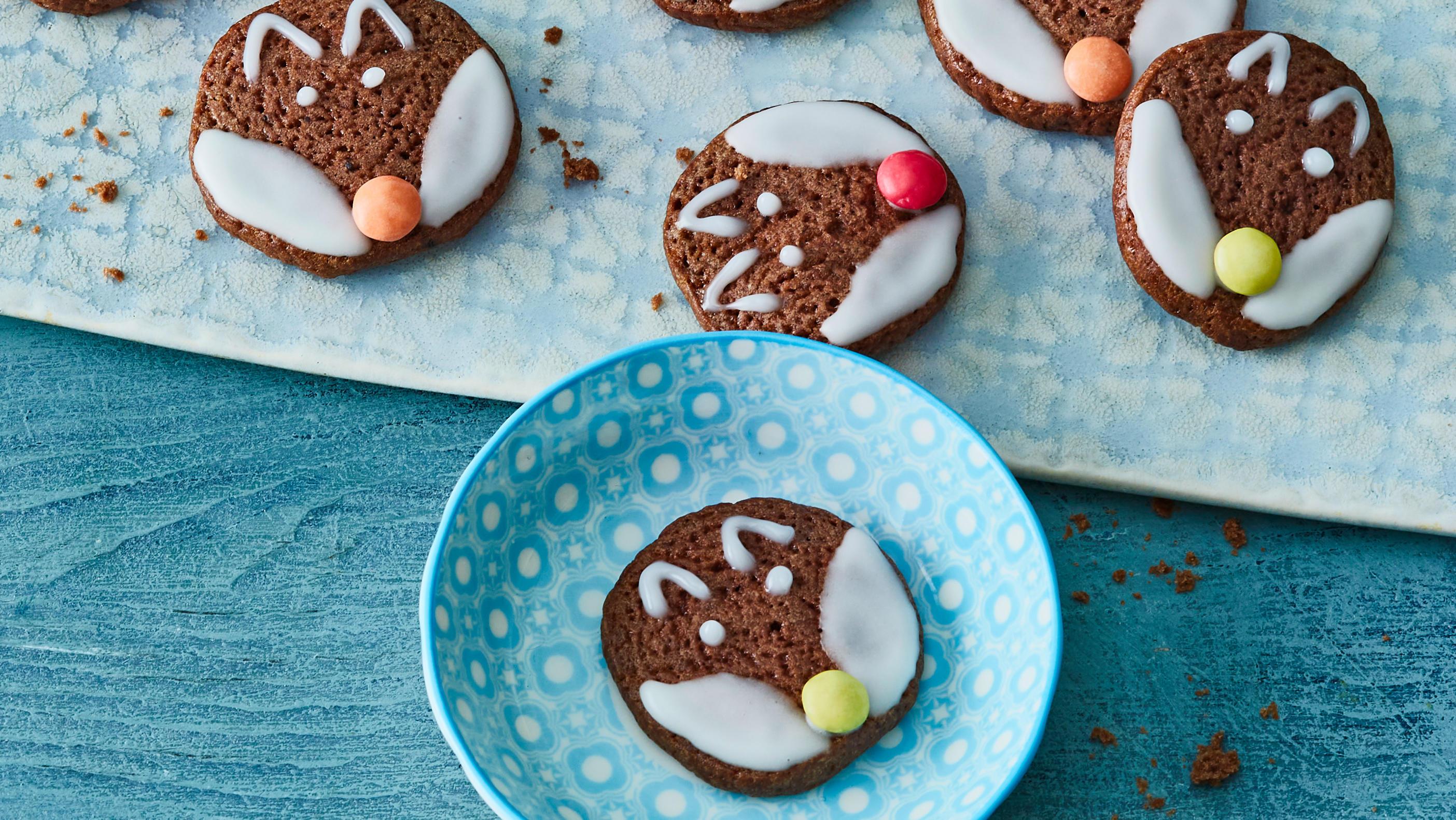 Zuckerguss und Schokolinsen - fertig sind die Rabbat-Kekse