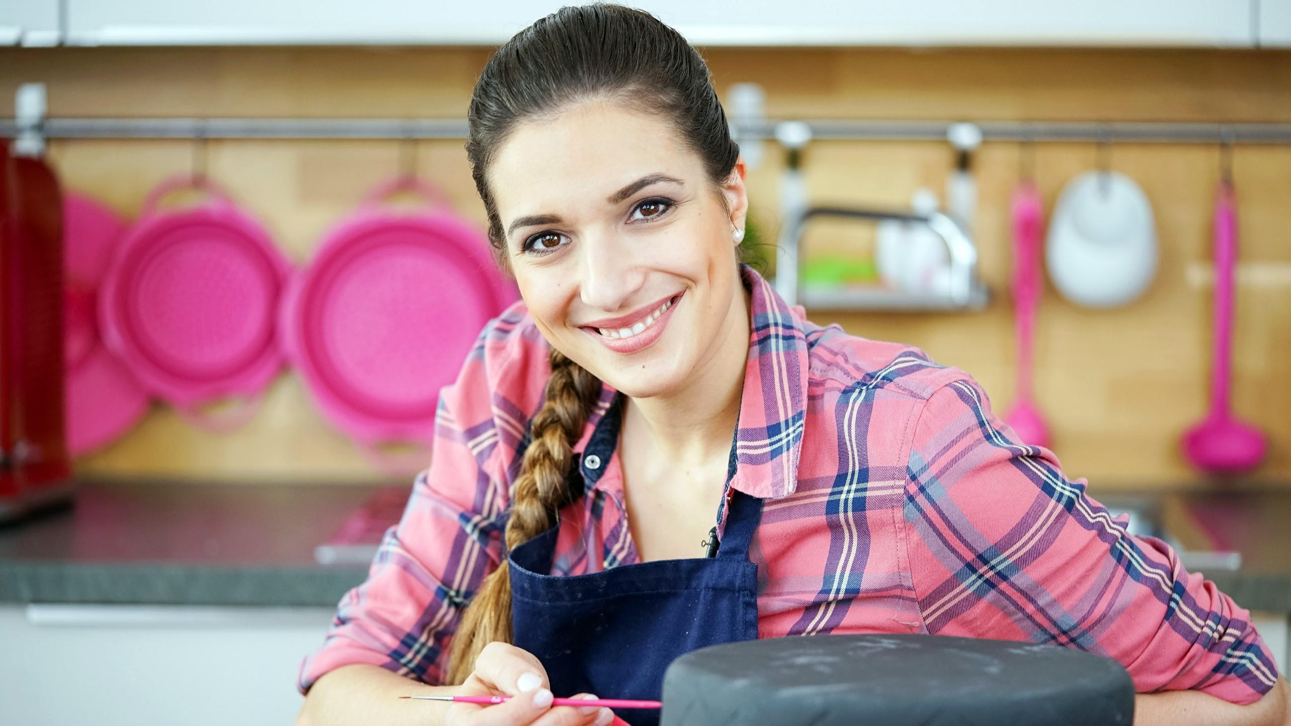 Mit mehr als einer Millionen Abonnenten und über 240 Millionen Video-Views ist sie Deutschlands größte Food-YouTuberin: Saliha Özcan - besser bekannt als Sally. Die Torten-Queen backt gemeinsam mit einem jungen Gast zwischen 8 und 18 Jahren eine ganz