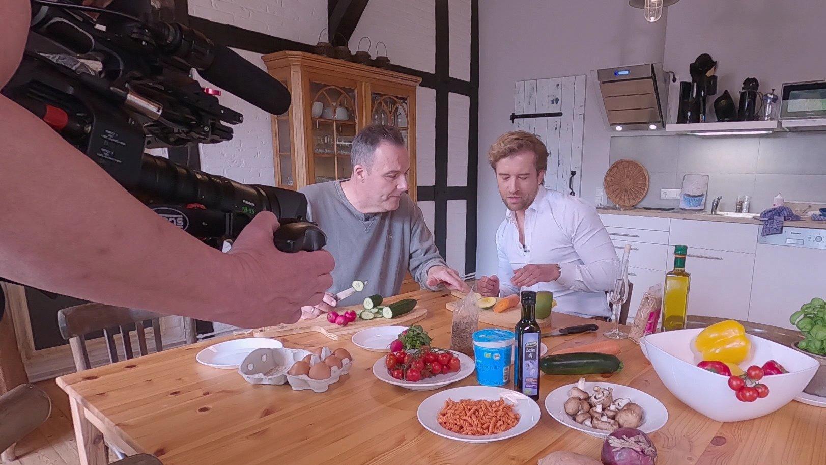 In der Reportage hat RTL-Reporter Thorsten Sleegers drei Mahlzeiten gekocht, die nicht nur mega lecker, sondern auch bestens geeignet gegen Rheuma oder Arthrose sind.