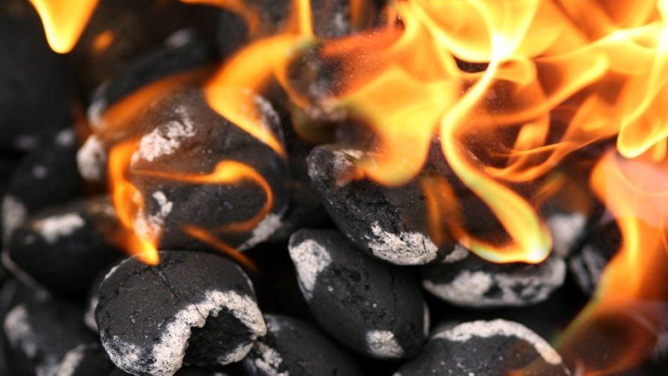 Grill anzünden ohne Grillanzünder: So glüht die Holzkohle schnell