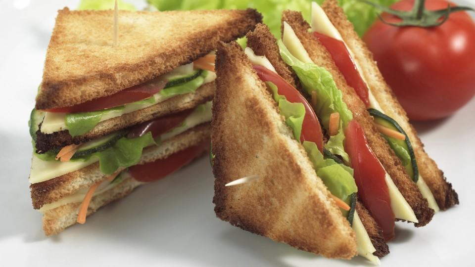 FAST FOOD, CLUB SANDWICH WITH SALAD AND TOMATO Keine Weitergabe an Drittverwerter.