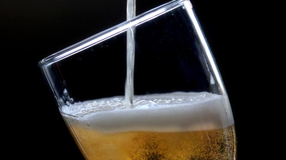 """ARCHIV - ILLUSTRATION - Ein Bier Pilsener Brauart wird am 25.03.2013 in ein Glas geschüttet. Foto: Roland Weihrauch/dpa (zu """"Brauer fürchten keinen Einbruch der Bierproduktion in Deutschland"""" vom 09.11.2015) +++(c) dpa - Bildfunk+++"""