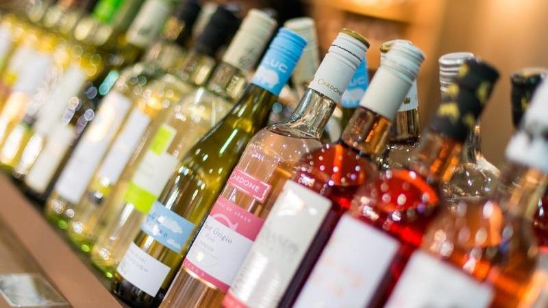 Weinflaschen mit Weißwein und Rosé