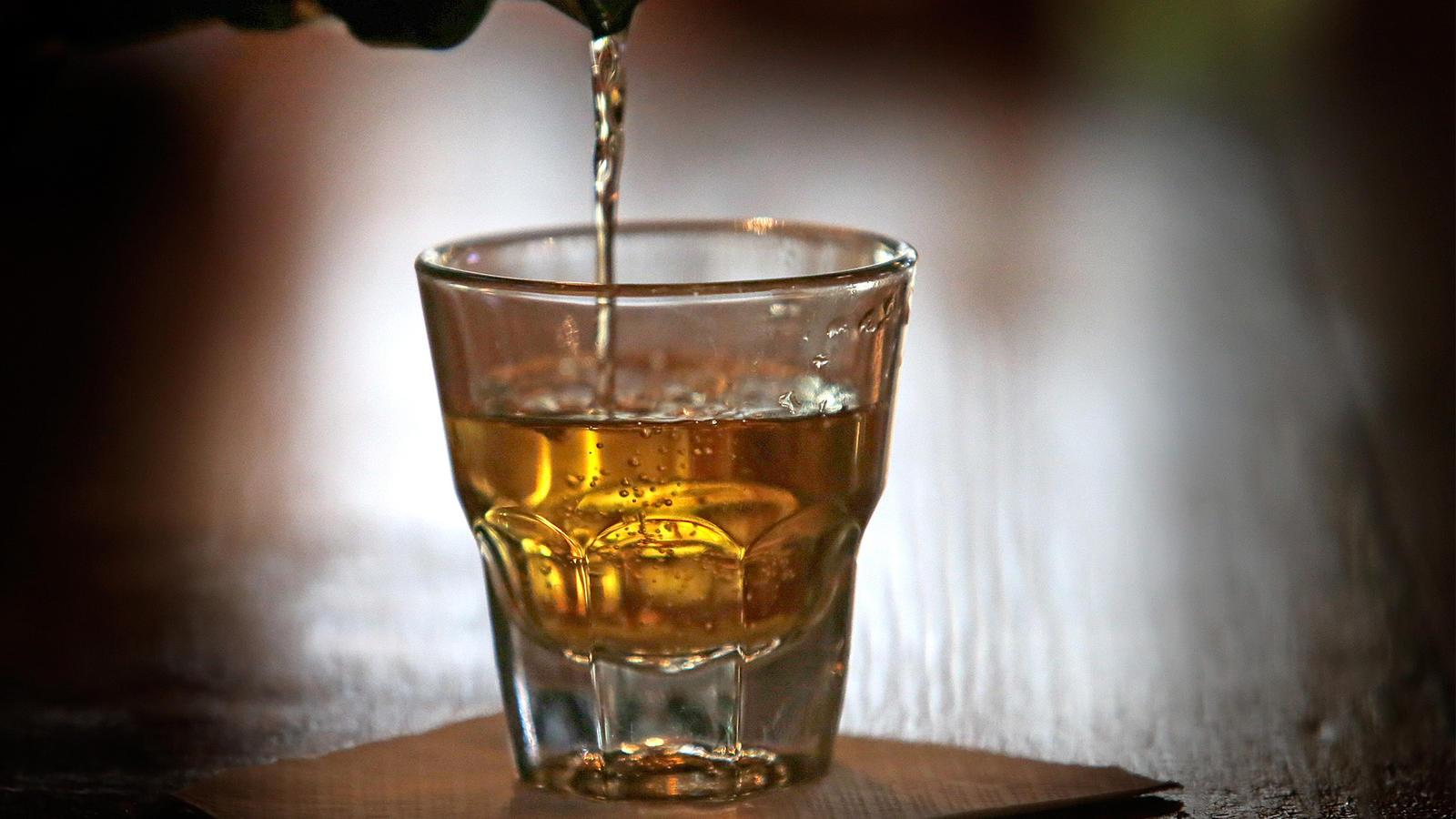 Whisky wird in ein Glas gegossen.