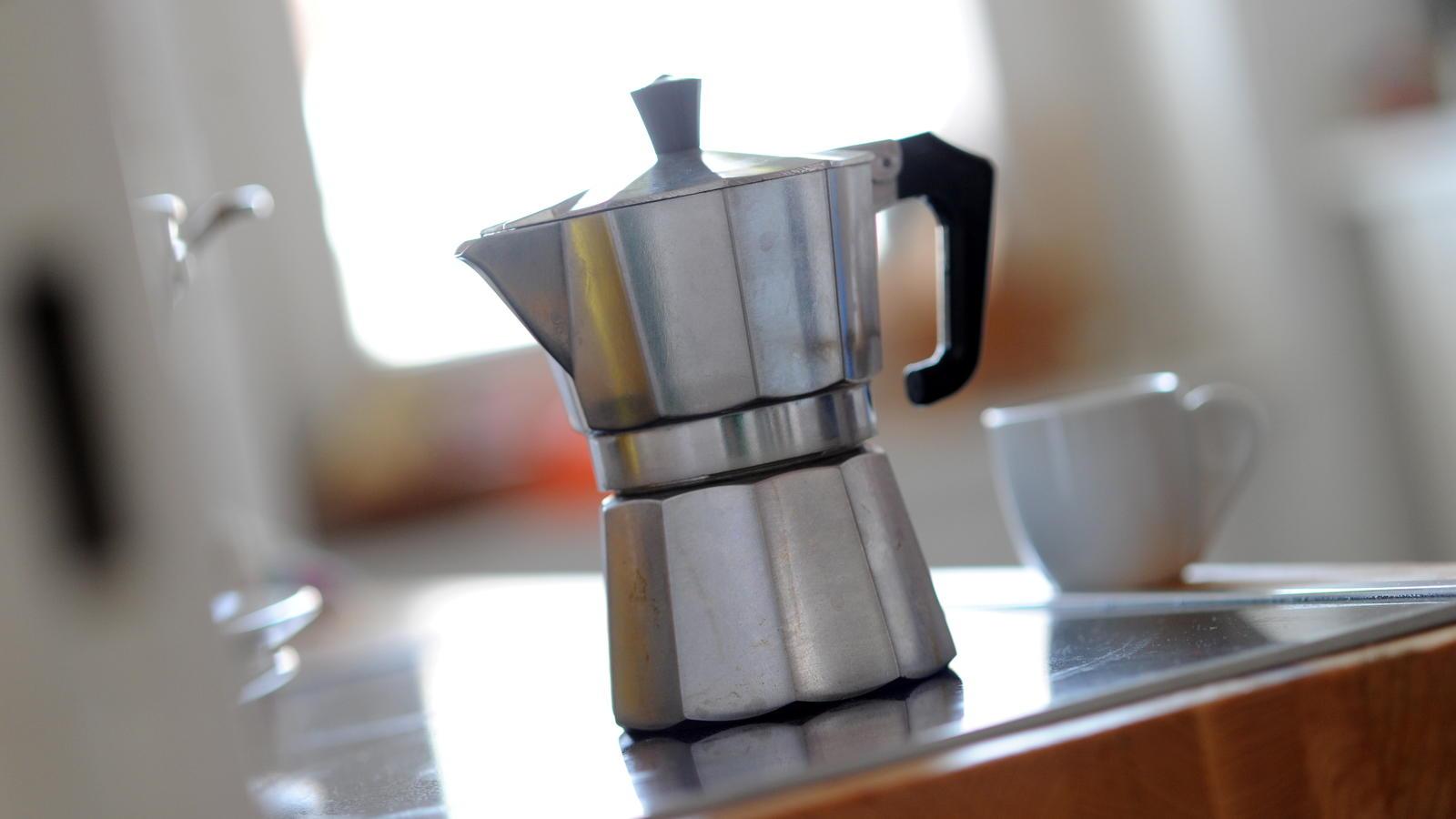 Espressokocher mit Tasse