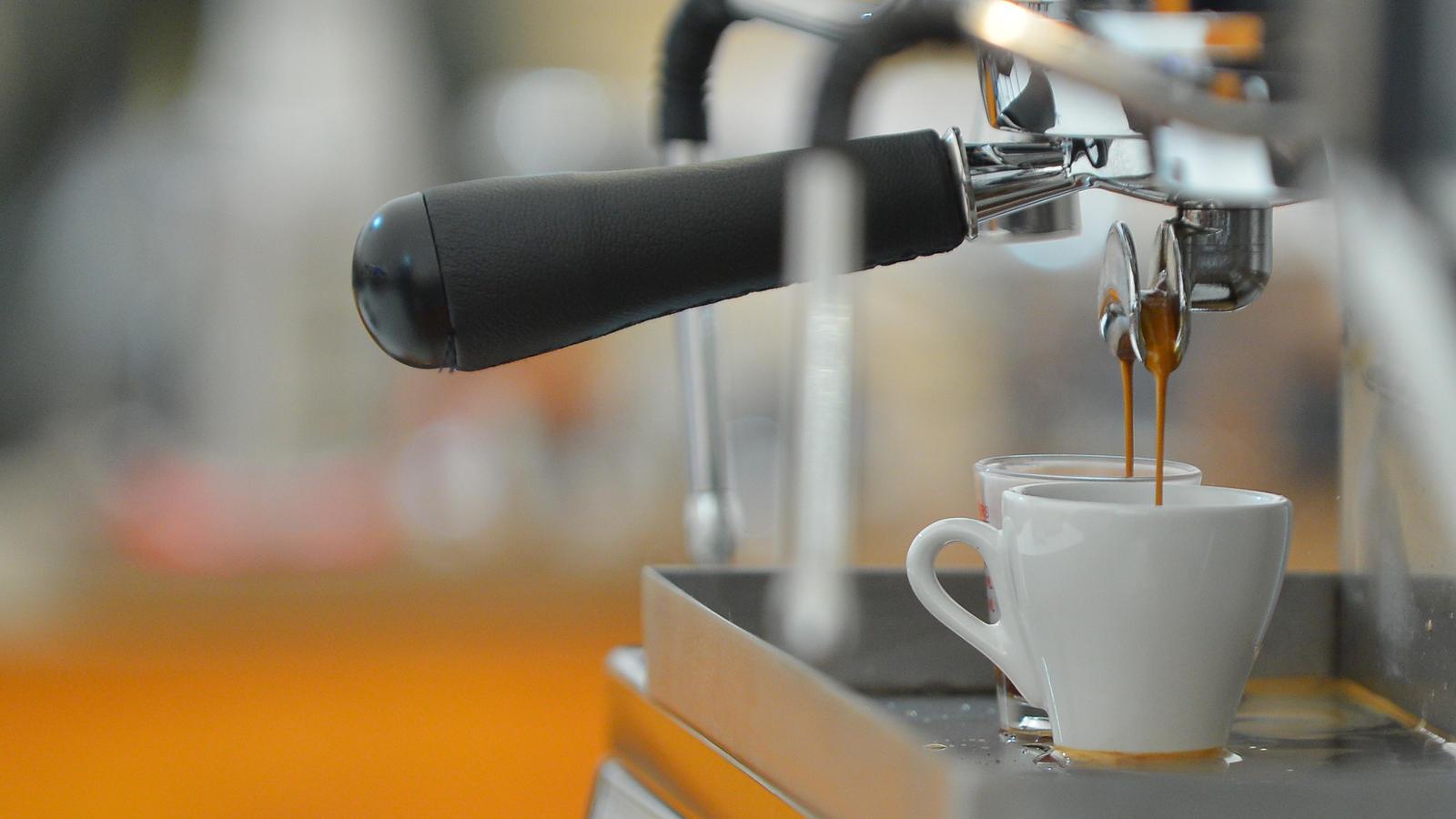 Espressomaschine brüht frischen Espresso