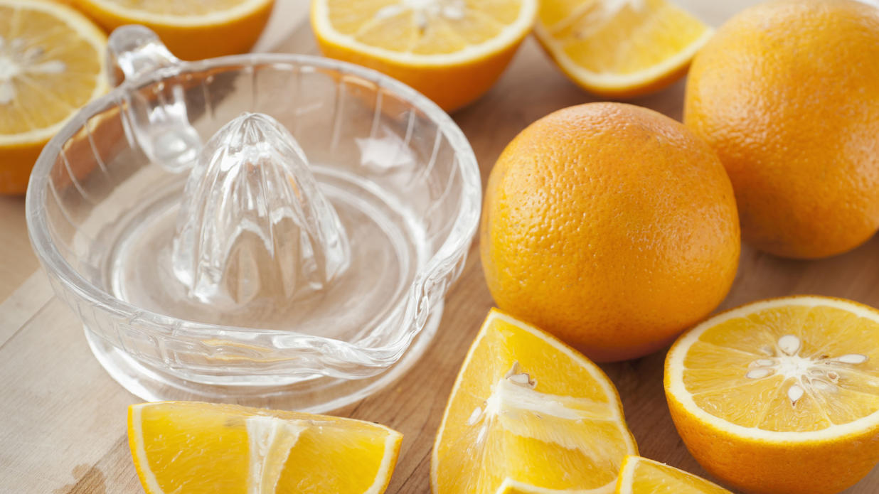Entsafter mit frischen Orangen