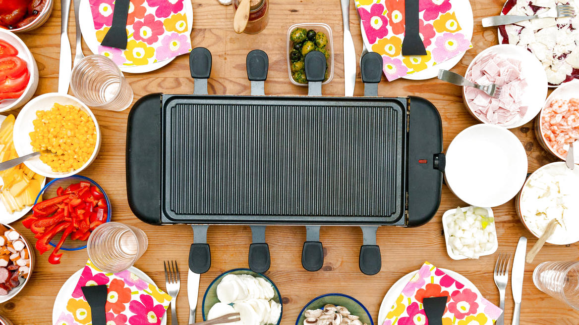 Raclette-Grill mit diversen Beilagen