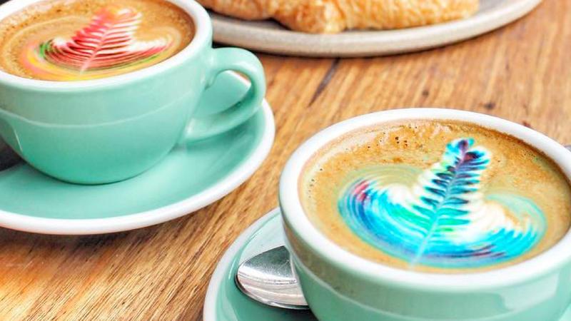 kunterbunter kaffee traum diese bunten latte sind echte. Black Bedroom Furniture Sets. Home Design Ideas