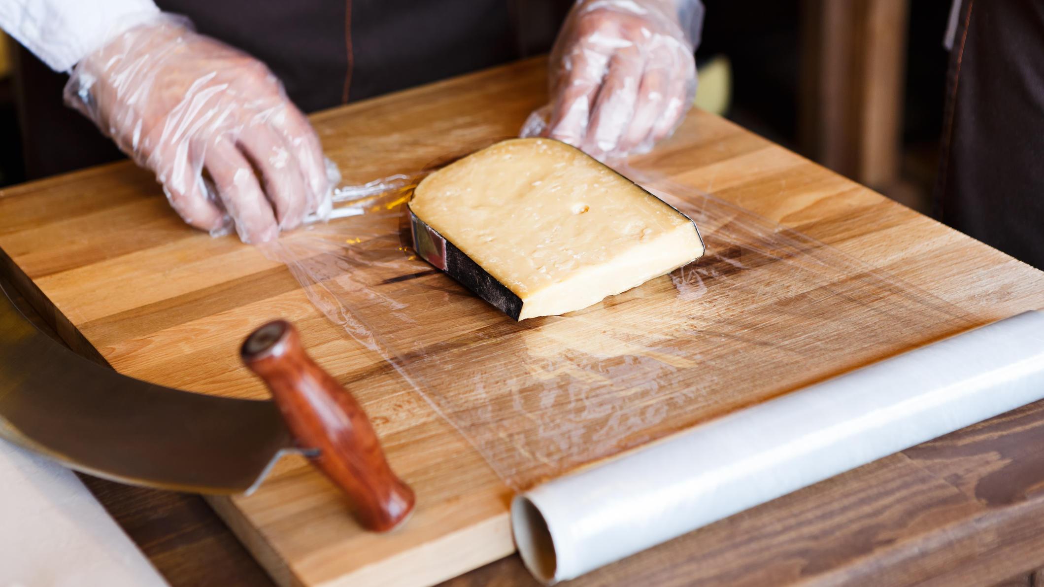 Käse richtig lagern: Bloß nicht in Frischhaltefolie wickeln!