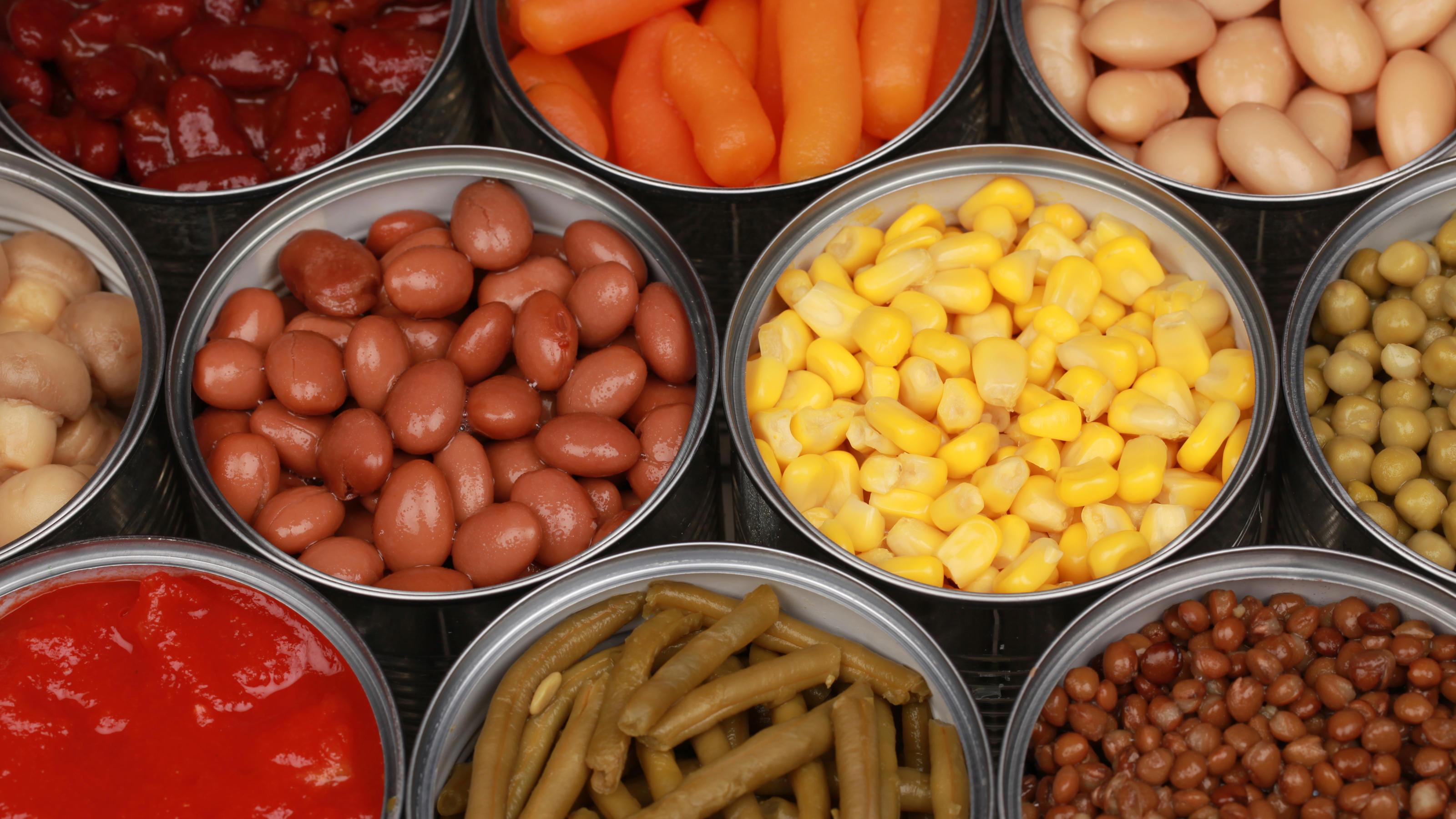 Mehrere geöffnete Konserven mit Dosengemüse