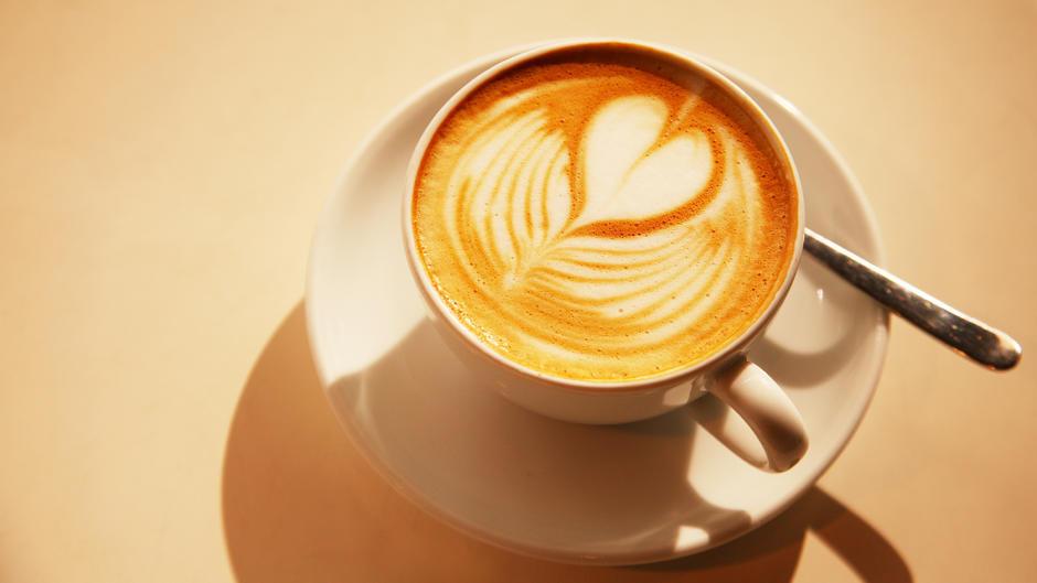 Latte Art: So gelingt Ihnen ein Herz aus Milchschaum