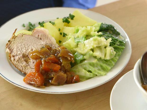 Sonntagsbraten mit Salzkartoffeln und Wirsing