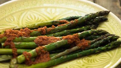 Rezept: Gebratener Grüner Spargel und Tomatenpesto