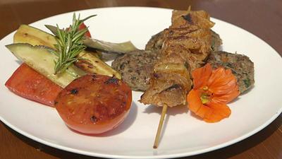 Rezept: Köfte mit Lammspießen und gegrilltem Gemüse