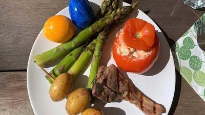 Rezept: Gegrillte Lammkoteletts mit grünem Spargel, gefüllten Tomaten und Kartoffelspießen