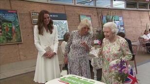 Queen schneidet Kuchen mit Schwert an